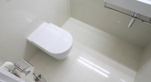 Czy łazienka do 2 metrów może mieć prysznic i szafkę? Zobaczcie przykłady. W jednej z nich zmieściła się nawet pralka.
