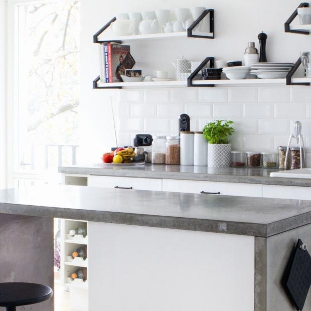Szarość w kuchni: wybierz modny blat