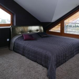 Dzięki skosom sypialnia stała się wnętrzem o niezwykłej atmosferze. Łóżko z dekoracyjnym, połyskującym zagłówkiem ociepla wnętrze. Projekt: Katarzyna Mikulska-Sękalska. Fot. Monika Filipiuk-Obałek.