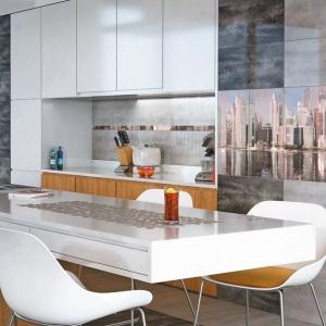 Kolekcja Konkret w szaro-grafitowym kolorze wpisuje się w loftową, industrialną stylistykę, z którą idealnie współgrają płytki z dekorem, przedstawiającym panoramę wielkiego miasta. Fot. Ceramstic.