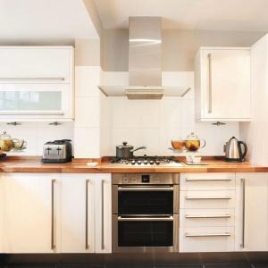 Przytulnie w kuchni może być zarówno za sprawą drewnianego blatu, jak i ciekawych, dekoracyjnych insertów z motywem świeżo zaparzonej herbaty, jak ma to miejsce w kolekcji Opp! Fot. Ceramstic, dekory Tea Time.