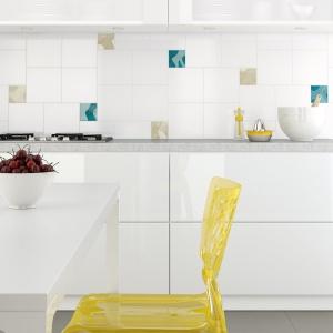 Szklane, kwadratowe inserty w różnych kolorach oferuje firma Ceramika Opoczno. Fot. Ceramika Opoczno.