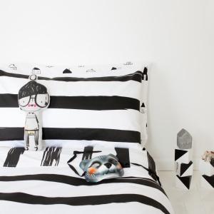 Komplet pościeli Black wykonany z bawełny świetnie sprawdzi się w pokoju młodzieżowym, jak również w nowoczesnej sypialni. Fot. Burrow and Be.