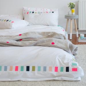 Thread Lightly Duvet wykonany z bawełny. Wesołe, ale delikatne w wyrazie wzory świetnie urozmaicą wnętrze sypialni małżeńskiej. Fot. Feliz.