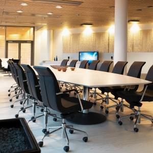Kinnarps spełnia oczekiwania klientów nie tylko wobec elementów umeblowania, lecz także wykładzin, elementów akustycznych i specjalistycznych systemów audiowizualnych do sal konferencyjnych wraz z całym wachlarzem związanych z tym usług. Fot. Kinnarps.