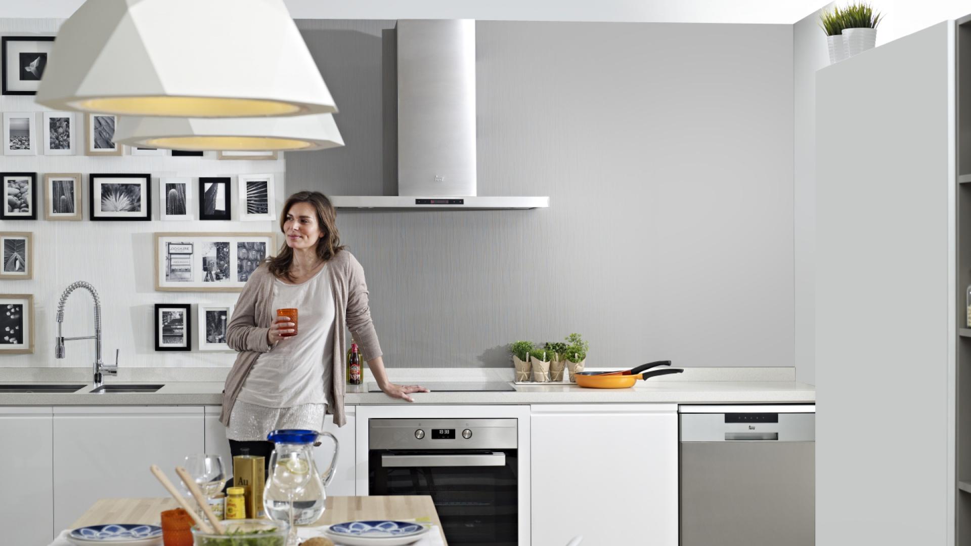 Piekarnik EBON HS735 oraz okap DH 985T. Doskonale sprawdzą się w nowoczesnej kuchni. Fot. Teka.