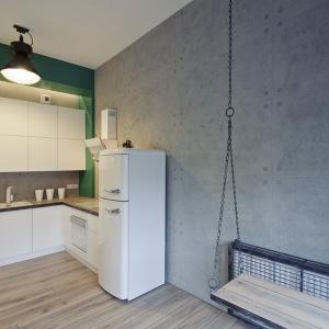 W mieszkaniu położonym w starym budynku papierni wnętrze urządzono w stylu loft. Z konwencji tej nie wyłamuje się również kuchnia. Fot. RED Real Estate Development.