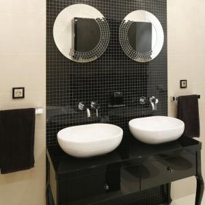 Lustra nad umywalkami mają eleganckie oprawy wykonane z połyskliwej mozaiki. Projekt: Michał Mikołajczak. Fot. Bartosz Jarosz.