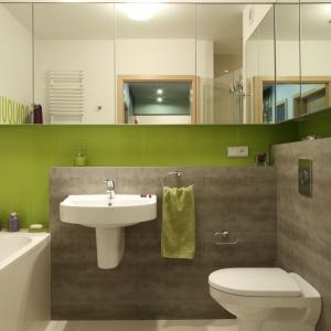 W rodzinnej łazience zastosowano rozwiązanie dwa w jednym: podwieszana szafka ma praktyczne, lustrzane fronty. Projekt: Marta Kruk. Fot. Bartosz Jarosz.