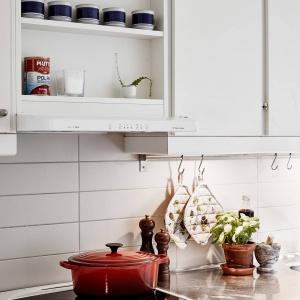 Górna zabudowa kuchenna ma dużo praktycznych półek - jak przystało na prawdziwą kuchnię w stylu skandynawskim. Fot. Stadshem/Janne Olander.