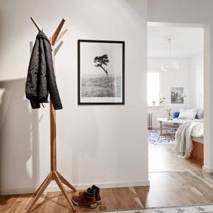 Poszczególne pomieszczenia w mieszkaniu komunikuje przedpokój, w którym wygospodarowano miejsce na pojemną garderobę. Fot. Stadshem/Janne Olander.