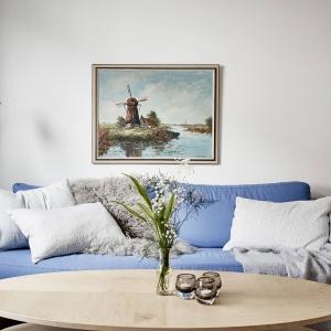 Obecne w salonie liczne tekstylia budują we wnętrzu przytulny, domowy klimat. Fot. Stadshem/Janne Olander.