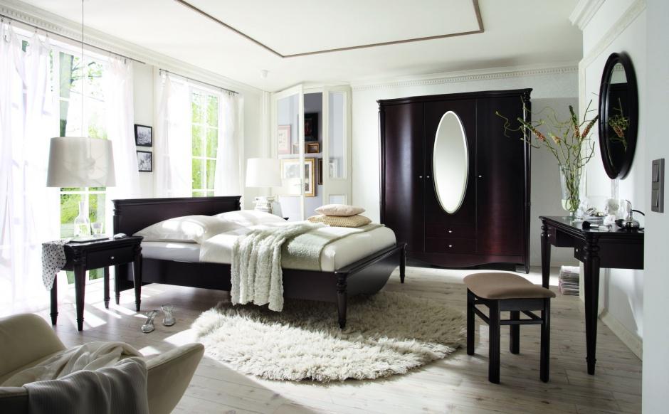 Villa posiada zaokrąglone, toczone nogi i pilastry, finezyjne łuki oraz gięte fronty, które sprawiają, że są to meble o ponadczasowej stylistyce. Fot. Bydgoskie Meble.