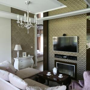 Ścianę w tym eleganckim salonie zdobi mozaika w kolorze złota. Projekt: Agnieszka Hajdas-Obajtek. Fot. Bartosz  Jarosz