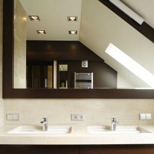 Do kąta skosu dachowego można także dopasować kształt lustra wykonanego na zamówienie. Projekt: Małgorzata Borzyszkowska. Fot. Bartosz Jarosz.