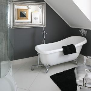 Elegancki salon kąpielowy oprócz kabiny prysznicowej, ma również wolno stojącą wannę na ozdobnych nóżkach. Projekt: Magdalena Konochowicz. Fot. Bartosz Jarosz.