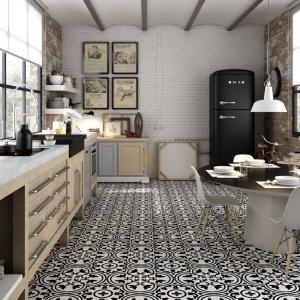 Wzorzyste, eleganckie płytki podłogowe Black Natural z kolekcji Hydraulic. Ich stylistyka bazuje na architekturze południowej Francji z połowy XIX wieku. Fot. Apavisa Ceramica.