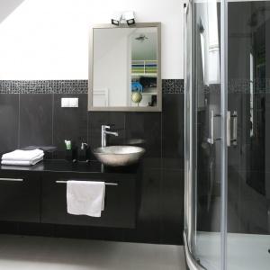 Kabina prysznicowa została umieszczona w najwyższym miejscu w łazience. Projekt: Katarzyna Merta-Korzniakow. Fot. Bartosz Jarosz.