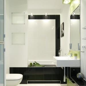Mała i wąska łazienka ma piękne, żywe kolory, które dodają aranżacji uroku. Projekt:  Jolanta Kwilman. Fot. Bartosz Jarosz.