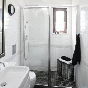 Wąska łazienka na pięciu metrach kwadratowych ma kabinę prysznicową zlokalizowaną we wnęce. Projekt: Beata Ignasiak. Fot. Bartosz Jarosz.