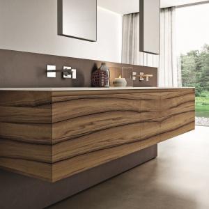 Wyraziste usłojenie drewna – meble łazienkowe Cubik firmy Idea. Fot. Idea.