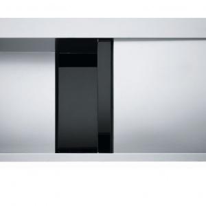 Połączenie dwóch materiałów - stali szlachetnej i czarnego szkła zastosowane w zlewozmywaku Crystal doskonale podkreśla unikalny charakter. Fot. Franke.