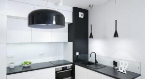 Strefę zmywania można urządzić nie tylko funkcjonalnie, ale i estetycznie. Wystarczy odpowiednio zestawić zlewozmywak z blatem.