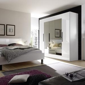 Harmony to elegancka i świeża kolekcja do sypialni, która łączy ponadczasową biel dużych płaszczyzn z modnymi czarnymi uchwytami. Cena: około 1.100 zł. Fot. Helvetia Wieruszów.
