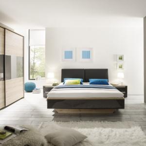 Meble do sypialni Asteria to modne zestawienie kolorystyczne, łączące jasny dąb San Remo z szarymi elementami w wysokim połysku. Fot. Helvetia Wieruszów.