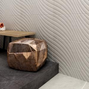Płytki łazienkowe - ścienne z kolekcji Emilly, podłogowe z kolekcji Milio. Dwa pomysły na jedną kolekcję – orientalna zmysłowość i analityczny porządek, zestawione obok siebie i nazwane pięknym, dziewczęcym imieniem. Fot. Ceramika Paradyż.
