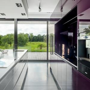 Fronty na wysoki połysk odbijają światło i optycznie powiększają już i tak przestronną kuchnię. Fot. Zajc Kuchnie.