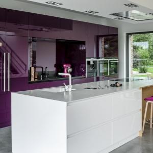 Obszerna wyspa kuchenna funkcjonuje również jako domowy bar. Fot. Zajc Kuchnie.