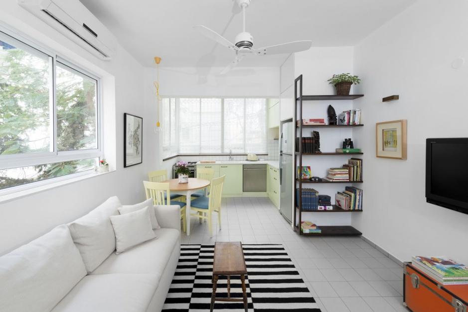 Sercem mieszkania jest otwarta strefa dzienna z aneksem kuchennym wpasowanym w niewielki wykusz, salonem i usytuowaną pomiędzy nimi jadalnią. Projekt: Studio Raanan Stern. Fot. Gidon Levin.