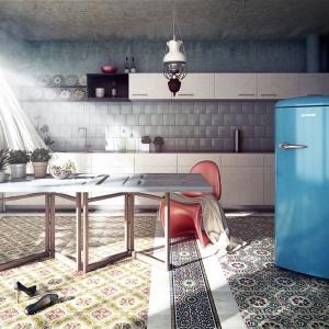 Do kuchni w stylu vintage najlepiej pasuje AGD utrzymane w stylu retro. Kolorowa lodówka z zaokrąglonymi krawędziami i widoczną, poziomą rączką do otwierania drzwiczek wpisuje się idealnie w aranżację kuchni. Fot. Gorenje.
