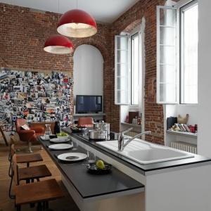 Cegła na ścianie idealnie pasuje do wnętrz z wysokimi sufitami, gdzie odczuć można pofabryczną atmosferę. Fot. Franke.