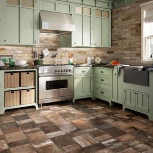 Płytki imitujące cegłę w różnych odcieniach brązu i beżów zdobią ścianę w tej kuchni i harmonizują z rustykalną zabudową. Fot. Ceramica Sand Agostino.