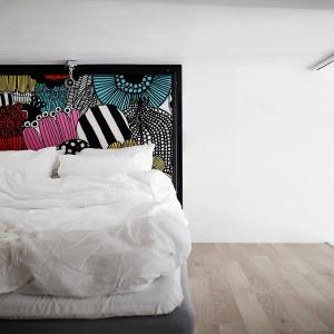 Na antresoli urządzono strefę sypialnianą. Tutaj również wprowadzono intensywny kolor, niemal nieobecny we wnętrzu. Przyjął postać kolorowego artystycznego zagłówka. Fot. Stadshem/Janne Olander.