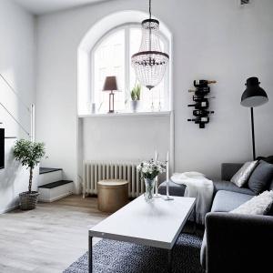 Elementy architektury wnętrza są jednocześnie pełnoprawnymi detalami dekoracyjnymi. Zarówno schody, jak i półokrągłe okna w głębokich wnękach nadają wnętrzu unikalny charakter. Fot. Stadshem/Janne Olander.
