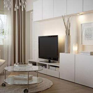 Kolekcja Besta marki IKEA zapewnia miejsce prawie na wszystko - od książek po telewizor, od pięknych ozdób po kolekcję płyt DVD. Istnieje mnóstwo możliwości. Można schować przedmioty za przesuwanymi drzwiami lub pochwalić się nimi stawiając je na jasno podświetlonej półce. Fot. IKEA.