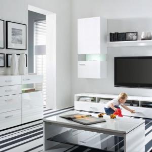 Desert 2 to nowoczesne meble w modnym białym kolorze marki Black Red White. Elementy zestawu pozwalają stworzyć reprezentacyjny pokój dzienny. Na szczególną uwagę zasługuje smukła linia uchwytów i efektowne podświetlane wnętrza. Zestaw można rozbudować o dodatkową komodę. Fot. Black Red White.