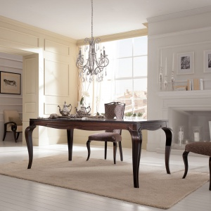Stół z serii My Classic Dream w całości wykonany z litego drewna (tulipanowiec). Dostępny jest w trzech rodzajach wykończenia: fornirowany okleiną z orzecha włoskiego lub hebanu oraz malowany (w ofercie 16 kolorów). Fot.  Stilema/Galeria Wnętrz.