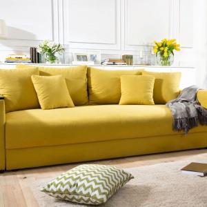Peter Mega Lux to elegancka sofa z funkcją spania i pojemnikiem na pościel. Wypełnienie siedziska i oparcia stanowi sprężyna falista i bonell. W podłokietniku półka i pojemnik. Fot. Black Red White.