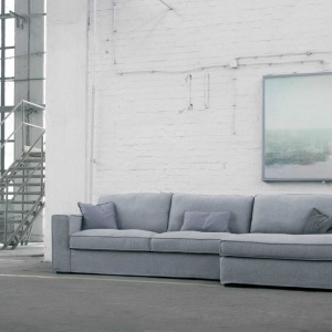 Sofa modułowa Abbe Marki marki Sits łączy w sobie nowoczesność konstrukcji z tradycyjną kolorystyką i wyglądem. Prosty projekt podkreślony delikatnymi przeszyciami poduszki oparcia w wyjątkowy sposób kreuje nowoczesny design. Fot. Sits.
