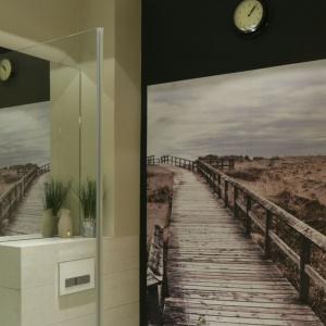 Ścianę łazienki udekorowano fototapetą z klimatycznym nadrukiem krajobrazu. Projekt: Dorota Szafrańska. Fot. Bartosz Jarosz.