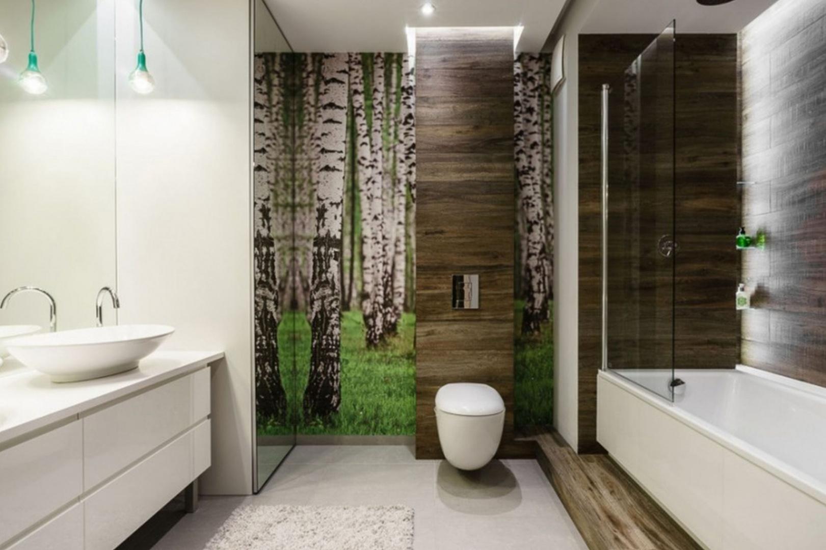 Zielona trawa, wysokie brzozy - motyw natury na ścianie to dobra dekoracja każdej łazienki. Projekt: Joanna Morkowska-Saj, Aleksandra Nowakowska. Fot. Foto&Mohito.