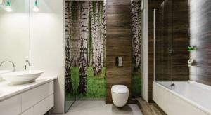 W polskich aranżacjach wnętrz zdecydowanie zaskakują pomysły architektów na ściany. Kiedy udekorujemy je fototapetą, łazienka zyskuje oryginalności i nabiera charakteru.