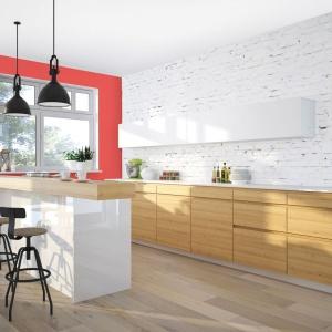 Chcąc ożywić aranżację kuchni, urządzonej w stonowanych kolorach, warto sięgnąć po kolorową farbę. Fot. Śnieżka.