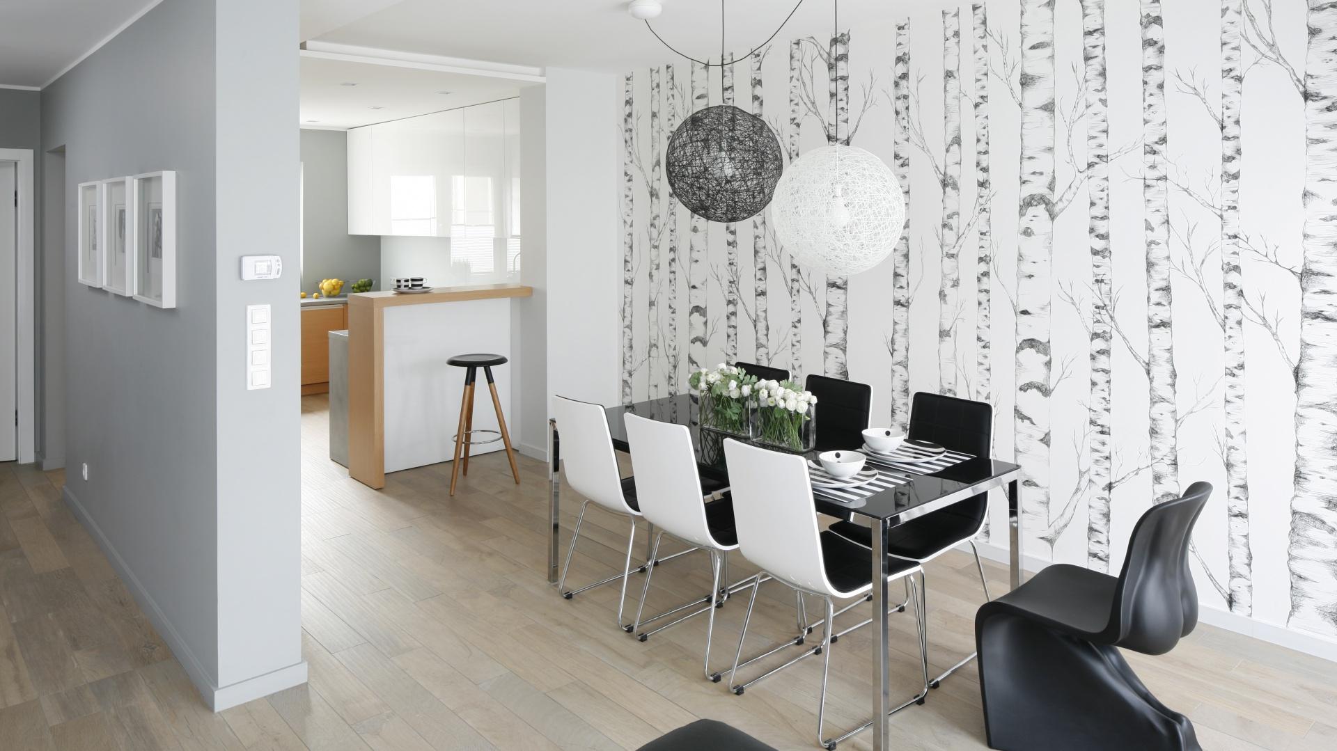 Kuchnię, częściowo otwartą na strefę dzienną, urządzono w zacisznym punkcie mieszkania. Jest nowoczesna, jasna, nie pozbawiona przytulności, odpowiada także na potrzeby rodziny dwa plus dwa.