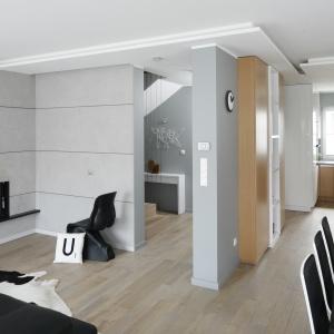 Kuchnia wizualnie pasuje do reszty mieszkania zaaranżowanego w skandynawskim stylu. Dlatego zastosowano tu biel oraz barwy monochromatyczne.