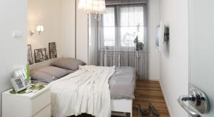 Aranżacja małżeńskiej sypialni bywa nie lada wyzwaniem. Miejsce to powinno być nie tylko ładne, ale też dostosowane do specyficznych potrzeb dwóch osób.
